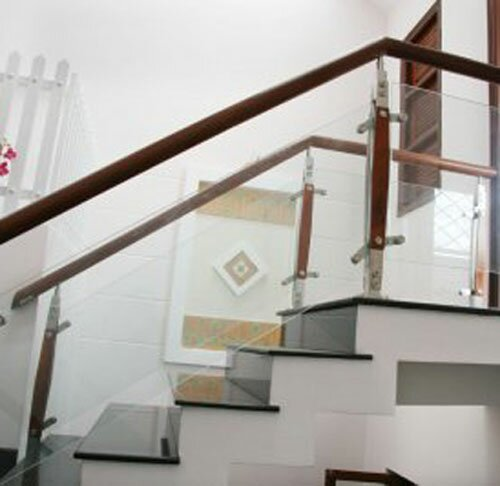 Lắp cầu thang kính cường lực tại nhà Tphcm
